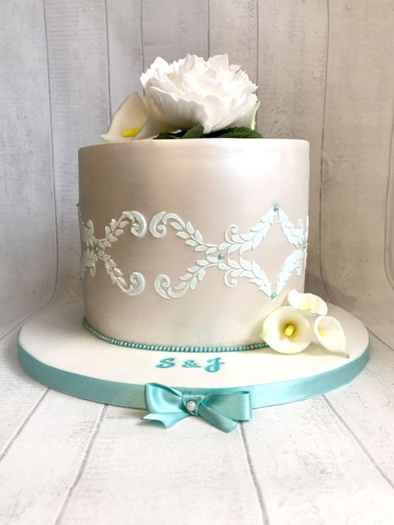 A single tier wedding cake